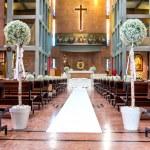 fleurs blanches dans l'église — Photo
