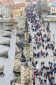 Tourists walk along the Bridge — Стоковое фото