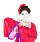 Porträtt av geisha gömmer sig bakom fan isolerad på vit — Stockfoto