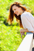 Porträtt av leende kvinna vårdag — Stockfoto