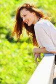 Retrato de uma mulher sorridente na primavera — Foto Stock