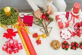 Närbild på bordet där kvinnan att göra juldekorationer. övre — Stockfoto