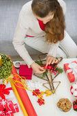 крупным планом на стол где женщины сделать рождественские украшения. учпп — Стоковое фото