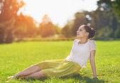 Mädchen entspannend auf wiese — Stockfoto