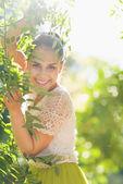 葉を演奏若い女性の笑みを浮かべてください。 — ストック写真