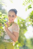 葉で遊ぶ笑顔の女の子 — ストック写真