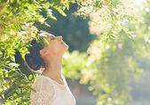 Mujer joven relajante en bosque — Foto de Stock