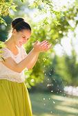 Giovane donna lascia che il vento seminando — Foto Stock