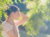 Mujer joven considerada relajante en bosque — Foto de Stock