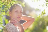 Retrato de mujer joven pensativa en bosque — Foto de Stock
