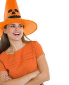 Portret van gelukkig vrouw in halloween hoed op zoek op kopie ruimte — Stockfoto