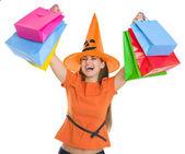 買い物袋の上に上がるハロウィーン帽子の女性の笑みを浮かべてください。 — ストック写真