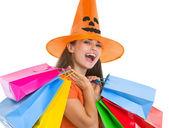 ショッピング バッグとハロウィーン帽子で幸せな若い女 — ストック写真