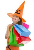 Retrato de mujer joven feliz en halloween sombrero con bolsa de compras — Foto de Stock