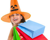 幸せな女のコピーを探している買い物袋とハロウィーン帽子 — ストック写真