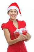 Glückliche junge frau in nikolausmütze mit weihnachten geschenkschachtel — Stockfoto