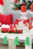 クリスマスの装飾を持つテーブルへのクローズ アップ — ストック写真