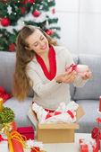 Szczęśliwa młoda kobieta pakowania boże narodzenie obecny paczka — Zdjęcie stockowe