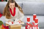 クリスマスのギフトを持つ幸せな若い女性パッキング区画 — ストック写真