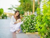 Mère et bébé découvrent la vie végétale à l'extérieur — Photo
