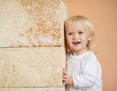 壁にもたれて赤ちゃんの肖像画 — ストック写真