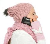 Donna in abbigliamento invernale maglia parlando mobile — Foto Stock