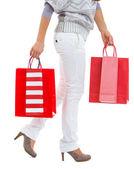 以红色购物袋行走的女人特写 — 图库照片