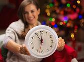 Detailní záběr na hodinách v ruce šťastná žena před vánoce tr — Stock fotografie
