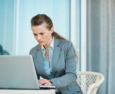 Business woman working on laptop on hotel terrace — Stock Photo