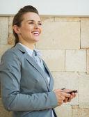 Porträtt av happy business kvinna som tittar in i distansera — Stockfoto