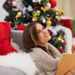 dromen vrouw met boek in de buurt van de kerstboom — Stockfoto #16778763