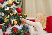 宝贝女孩装饰圣诞树 — 图库照片
