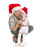Kerstmis portret van gelukkige moeder en babymeisje zingen in mi — Stockfoto