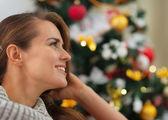 Ritratto di donna giovane sorridente vicino albero di natale — Foto Stock
