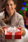女性の手の中のクリスマス ギフトのクローズ アップ ボックスします。 — ストック写真