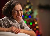 Ridendo la giovane donna davanti all'albero di natale — Foto Stock