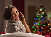 Heureuse jeune femme appel mobile en face de l'arbre de noël — Photo