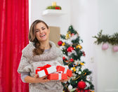 Portrait of happy woman with present boxes near Christmas tree — Stock fotografie
