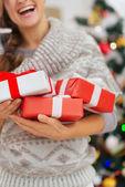 幸せな女を持ってクリスマス プレゼント ボックスをクローズ アップ — ストック写真