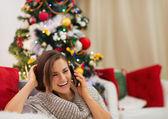 Donna felice vicino albero di natale parlante mobile — Foto Stock
