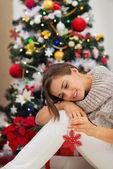 Donna calma vicino albero di natale e giocare con i giocattoli di natale — Foto Stock