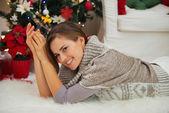 Donna sorridente in posa vicino albero di natale — Foto Stock