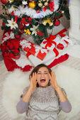 šťastná žena, kterým se poblíž vánoční stromek a řval mega — Stock fotografie