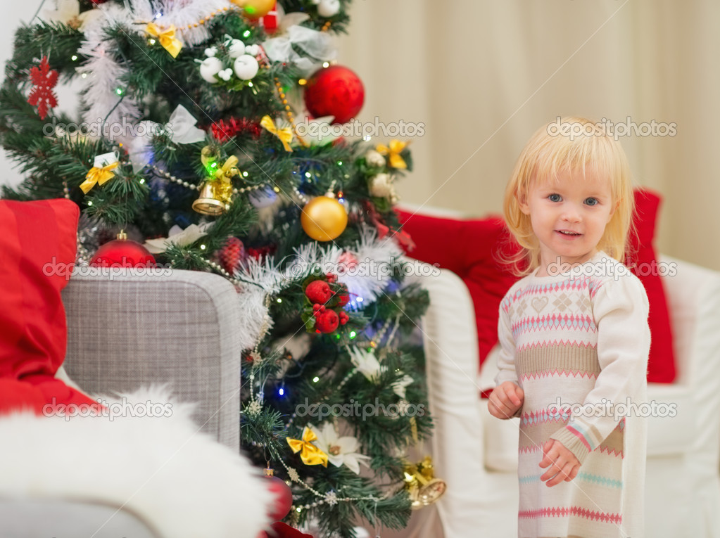 дети около елки фото