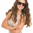 Smiling young woman in sunglasses — Stockfoto