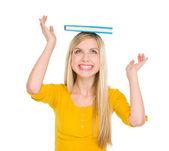 Fille heureux étudiant livre sur tête d'équilibrage — Photo