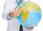 Gros plan sur médecin femme écoute globe avec stéthoscope — Photo