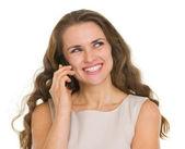 молодая женщина, имея мобильного телефонного звонка — Стоковое фото