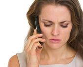 Joven teniendo llamada de teléfono móvil — Foto de Stock