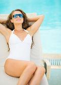 Giovane donna in costume da bagno rilassante — Foto Stock